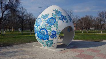 На площі недалеко від центру «Петриківка»