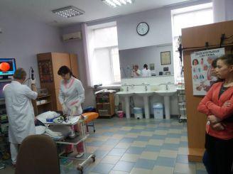 будущие врачи наблюдают за проведением бронхоскопии