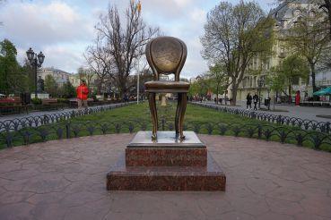 Памятник Ильфу и Петрову «12-тый стул», Одесса