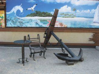 Крісло, скелет риби та дірява кружка, Бердянськ