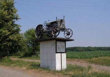 Пам'ятник трактор Універсал, Лозуватка