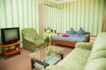 Semi-luxury Apt on Nezalezhnoi Ukrаiny 92 near Intourist Hotel