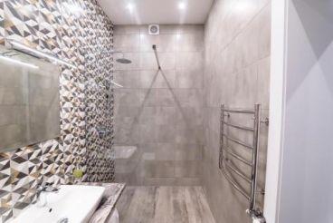 Тримісний номер зі спільною ванною кімнатою