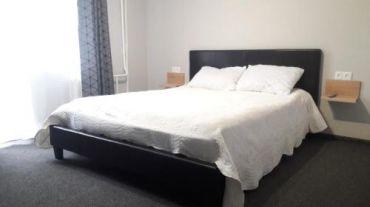 Номер з ліжком розміру king-size і балконом