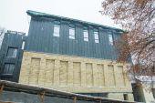 Новий фасад театру на Подолі розділив киян на два табори