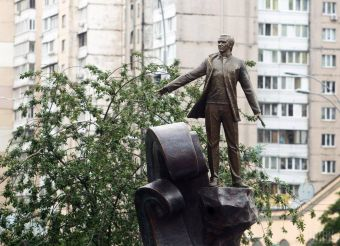 В Киеве поставили памятник выдающемуся певцу