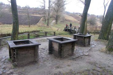 Three Wells, Subotiv