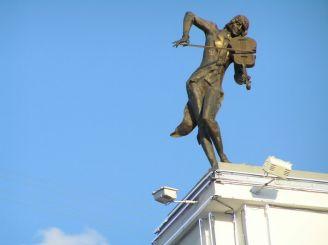Скульптура Скрипаль на даху, Харків